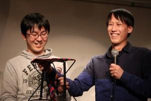 写真家の伊藤さんのために小型のイスをプレゼント