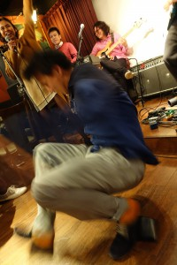 即興ダンスをする土田さん