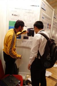 デバイスを身につけながら説明されている上田さん