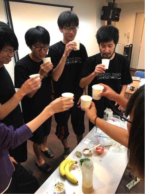 B4企画の罰ゲームのヤバめのスムージーで乾杯するメンバー