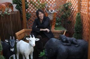 動物にかこまれてご満悦の土田さん