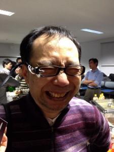 懇親会にて:お茶大椎尾先生、ガネデバイスを付ける、そしてはしゃぐ。